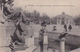 10 / TROYES / UN COIN SUR LE CIRQUE / VUE PRISE DE LA FONTAINE ARGENCE - Troyes