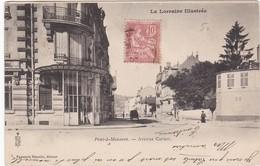 F54-033 PONT A MOUSSON - Angle De L'Avenue Carnot - Vieille Voiture Remontant La Rue - Pont A Mousson
