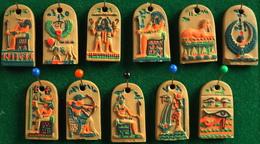 Lot De 11 FEVES De SIGNE ASTROLOGIQUE En Porcelaine Mate (manque La Balance) Bon Etat - Other