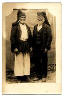Cartolina Postale Fotografica Con Due Uomini Anziani In Costume Sardo Del Medio Campidano. - Italia