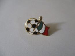Spilla Calcio E Bandiera D'Italia. Oro 18k Smaltato - Brooches