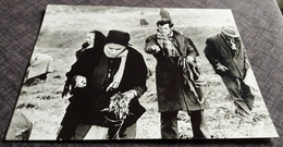 """SOPHIA LOREN & JEAN-PAUL BELMONDO In """"... Und Dennoch Leben Sie"""" - Altes Presse-/Filmfoto Ca. 21,5 X 16,5 Cm - 181135 - Célébrités"""