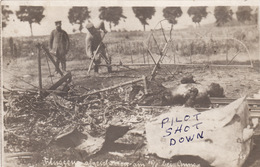CP Photo 14-18 Cadavre D'un Aviateur Au Milieu Des Restes De Son Avion, Aviation, Pilote (A193, Ww1, Wk 1) - Guerra 1914-18