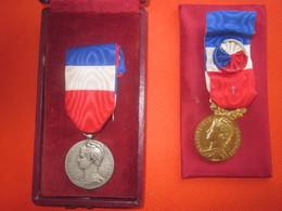 France Deux Médaille's D'honneur Du Travail & Sécurité Sociale En Argent-République Française J.Del Curatolo 1957 & 1961 - France