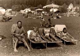 Photo Originale Plage & Maillot De Bain Pour Bronzette Familiale Sur Transat & Parasols En 1971 - Personnes Anonymes