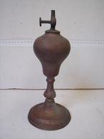 PL. 337. Ancienne Lampe En Cuivre Au Pétrole, Marque Gardon Macon. - Luminaires