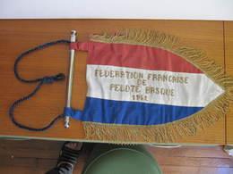 FANION - FEDERATION FRANCAISE DE PELOTE BASQUE 1952 - Barre Métallique - Tissu Et Fil Doré - Longueur 40 Cm - Sports