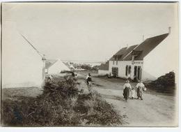 Très Beau Paysage Breton Femme En Tenue Traditionnelle - Places
