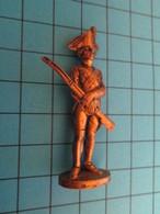 Figurine KINDER ??? MONOBLOC METAL COULEUR LAITON / SOLDAT D'INFANTERIE FIN XVIIIe Siècle - Metal Figurines
