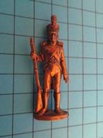Figurine KINDER ??? MONOBLOC METAL COULEUR LAITON / SOLDAT D'INFANTERIE 1e EMPIRE NAPOLEON - Metal Figurines