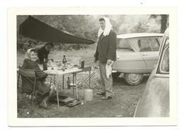 PHOTO 12,5 X 9 Cm Années 1950..PIQUE NIQUE Sous L'Eau, à Côté De L'AUTO CITROËN AMI 6 - Automobiles