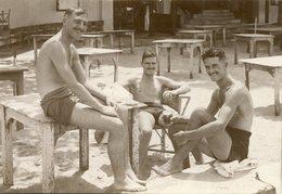 Photo De Trois Homme En Maillot De Bain Prenant Un Verre - Personnes Anonymes