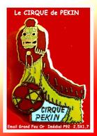 SUPER PIN'S CIRQUE : PIN'S Officiel Du CIRQUE De PEKIN De La Tournée 92, émail Grand Feu Base Or, 2,5X1,7cm - Celebrities