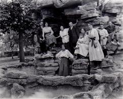 Photo Originale - Famille De Jeunes Sur Un Rocher Au Parc De Saint Maur En 1922 - Anonyme Personen
