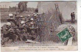MILITARIA . Grandes Manoeuvres De L'OUEST . Septembre 1912. Infanterie Défandant Une Route Derrière Un Abri Improvisé . - Manoeuvres