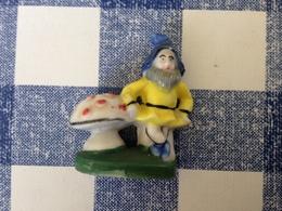 Feve Lutin Nain Appuyé à Un Champignon - Characters