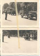 ABO Armée Belge D'Occupation En Allemagne Années 50. 2 Photos  Du Défilé Militaire,artillerie,scout Car (USA)+ Motos - Vehicles