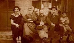 Photo Originale La Vie Du Banc Devant Une Vitrine De Commerce - Aumeville-Lestre ? - Suzanne, Rosa, Victor Adolphe 1924 - Persone Identificate