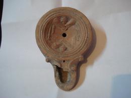 LAMPE ROMAINE A HUILE EN TERRE CUITE  - ATTRIBUTS DE GLADIATEUR///  ANCIENT ROMAN TERRACOTTA OIL LAMP - Archeologie
