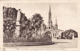 CPA Lourdes, La Vierge Couronnée, L'esplanade Et La Basilique (pk46311) - Lourdes