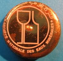 CAPSULE SOCIETE NATIONALE DES EAUX MINERALES  ( PLUS ECRITURE EN ARABE ? EN HAUT ) - Capsules
