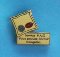 1 PIN'S //   ** AUDI / VOLKSWAGEN ** SERVICE V.A.G / VOUS POUVEZ DORMIR TRANQUILLE ** . (Sofrec Paris) - Volkswagen