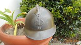 CASQUE FRANCAIS 2EME GUERRE MODELE 26 AVEC INSIGNE POUDRE ET EXPLOSIFS - Headpieces, Headdresses