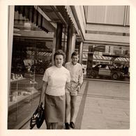 Photo Carrée B.B. Originale Une Mère Et Son Fils Devant Une Vitrine De Concessionnaire Ford En Septembre 1965 - Cars