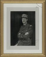 32933 Autographen: 1950 Ca., CHARLES DE GAULLE, Original Autograph On Large Black-and-white Realphoto Unde - Autographes