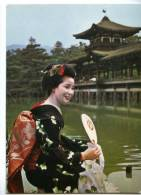 154386 JAPAN Maiko Girls Geisha KYOTO Garden Of Heian Shrine - Asia