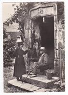 En Quercy Vers Cahors ? N°395 Causette Des Vieux En 1959 VOIR ZOOM Couple Homme Canne Pipe Sandales Femme Porteuse D'eau - Cahors