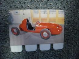 N° 64 - PLAQUE METAL En TOLE DEUTSCH BONNET Auto Course Moteur Panhard De 1954 - AUTOMOBILE COOP Des Années 60 - Plaques Publicitaires