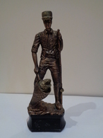 Trofeo De Pesca. Escultura De Un Pescador De Pie Sacando Un Pez Con La Sacadera. - Otros
