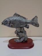 Trofeo De Pesca. Escultura De Una Carpa Plateada Sobre Base De Madera. - Esculturas