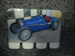 N° 56 - PLAQUE METAL En TOLE BUGATTI De 1927 - AUTOMOBILE COOP Des Années 60 - Plaques En Tôle (après 1960)