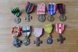 Lot De 10 Medailles Militaires Anciennes  1914 1918 1939 1945  Divers - France
