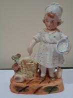 Antiguo Palillero De Porcelana Biscuit. Niña Con Cesta Dando Comer A Pollitos. - Ceramics & Pottery