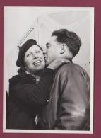 240518 - 1937 PHOTO DE PRESSE AVIATION - Maryse Bastié Après Traversée De L'Atlantique Sud & Son Mécanicien Au BOURG - Airmen, Fliers