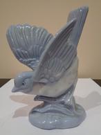 Porcelana. Gorrión. Pajarito Azul. Sin Marca. Dimensiones: 9 (largo) X 5 (ancho) X 12 (alto) Centímetros. - Ceramics & Pottery