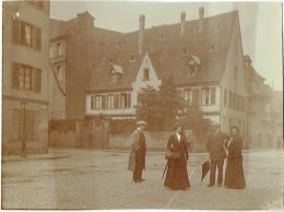 Foto/ Photo. Strasbourg 1910. Couple Devant Maison, à Situer, Voir Plaque De Rue. - Lieux