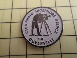 Pin710d  Pin's Pins / Rare Et De Belle Qualité PHOTOGRAPHIE / CLUB PHOTO NICEPHORE NIEPCE CUVERVILLE CALVADOS - Photography