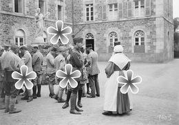 PHOTO(RETIRAGE) Septembre 1918 DINAN 22 COTES D'ARMOR SOLDATS ET BLESSES EN CONVALESCENCE COUVENT HOPITAL . ! - Reproductions