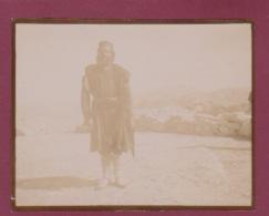 250518 - PHOTO 1905 - MONTENEGRO CETINJE CETTIGNE Un Monténégrien Au Col Avant Cetinje - Montenegro