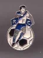Pin's Rochefort Football Club En Charentes Maritime Dpt 17  RFC Joueur De Foot  Et Ballon Réf 475 - Football
