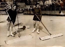 RARE PHOTO 13X18 CM  PATINAGE  YVONNE SUGDEN ET TENLEY ALBRIGHT UNIFIENT LA PISTE  EN 1955 - Sports