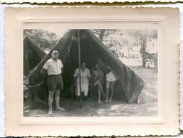Jeune Femme Fille Homme Short Camping Tente Composition Snapshot Amateur - Anonymous Persons