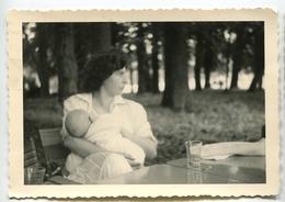Jeune Femme Allaitement Bébé Au Sein Maternité  Snapshot Amateur Belle Scène Nature Flou Breastfeeding - Anonymous Persons