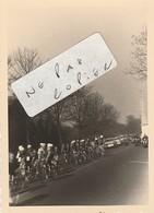 91 - BRUNOY - Course Cycliste En Mars 1956 Qui Passe Près De La Pyramide  ( Photo  7,5 Cm X 10,5 Cm ) - Places