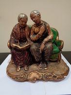 Pareja De Abuelos Sentados En Un Sofá Leyendo Un Libro. Firmado Ricardo. - Sculptures
