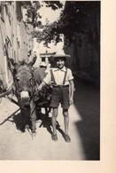 PIERREFEU VAR   ENFANT TIENT UN ANE DANS LA RUE DE LA MAIRIE 1950 - Personnes Anonymes